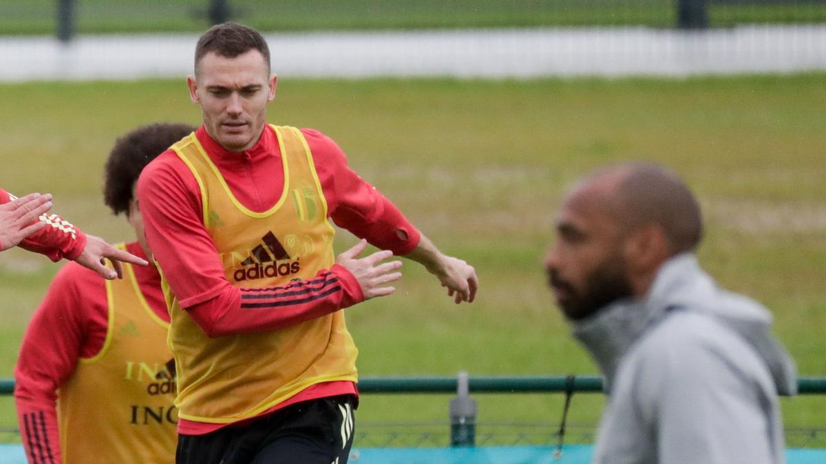 Vermaelen, en un entrenamiento de Bélgica junto a Henry, ayudante de Robert Martínez.