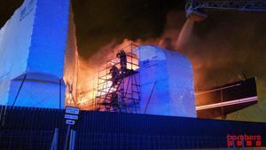 Incendio en un barco del puerto de Badalona