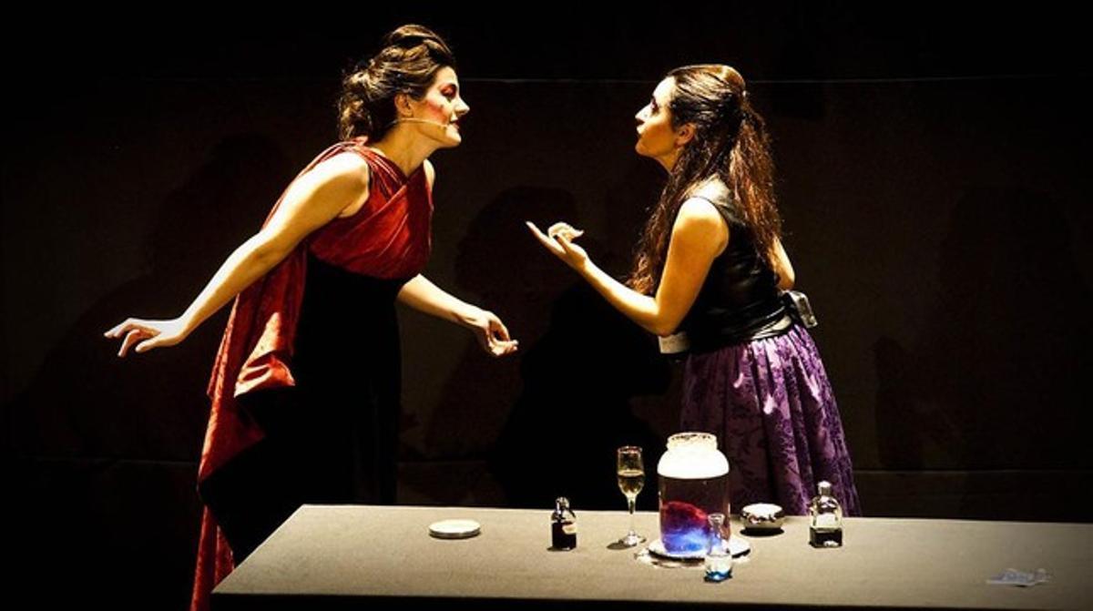 Maria Hionojosa (Dido) y Anna Alàs (Belinda), en una representación de 'Dido reloaded' en Madrid, en octubre del 2013.