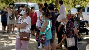 Ciudadanos esperan en cola para realizarse unas pruebas PCR en Madrid.