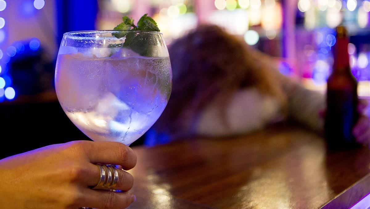 Una copa de alcohol en un bar.