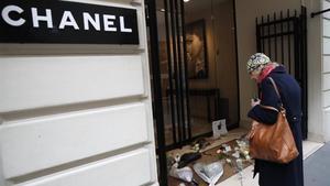 Flores en recuerdo de Lagerfeld en una'boutique'Chanel de París.