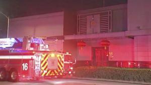 Un coche de bomberos a las afueras del consulado chino en Houston.