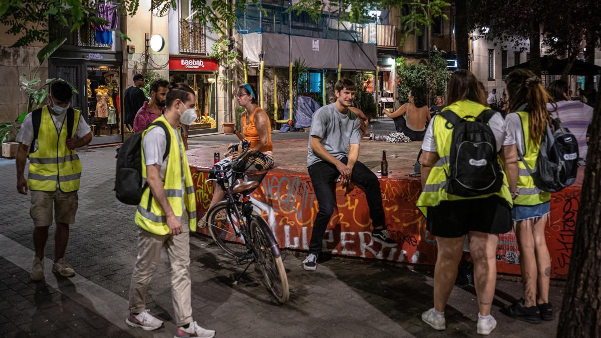 Los agentes cívicos recorren calles y plazas del centro de Barcelona, el pasado lunes.