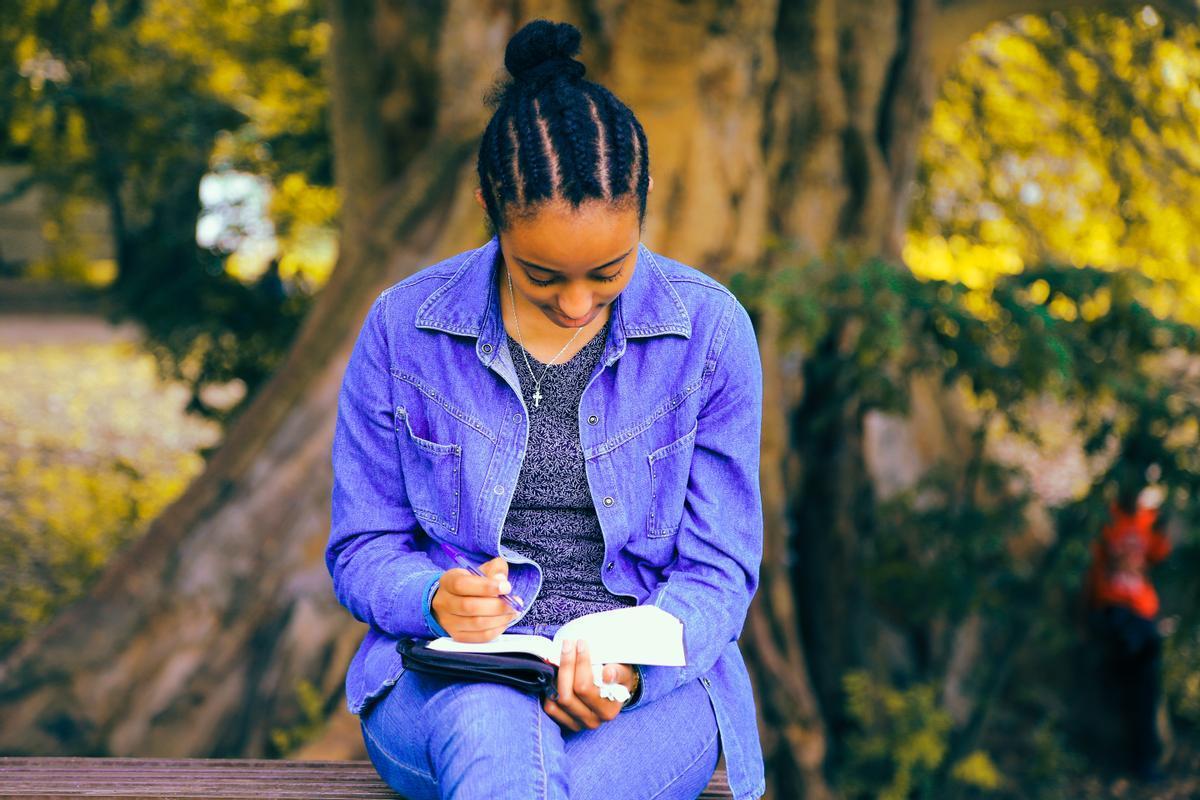 Una joven escribe en su libreta