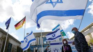 Varias personas se manifiestan en Berlín en apoyo a Israel.