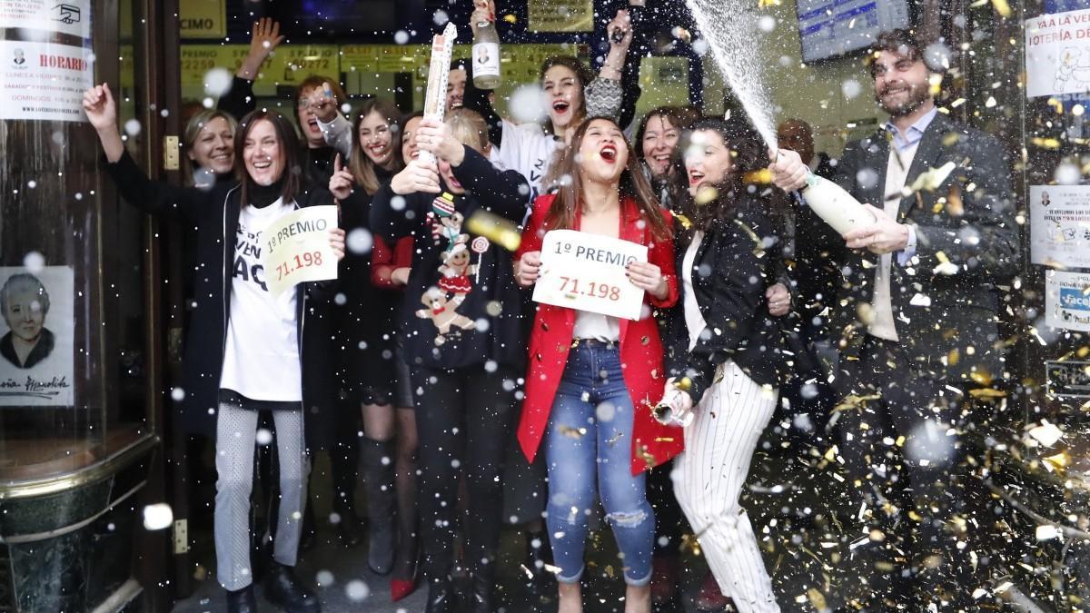 Personas celebrando el Gordo de Navidad.