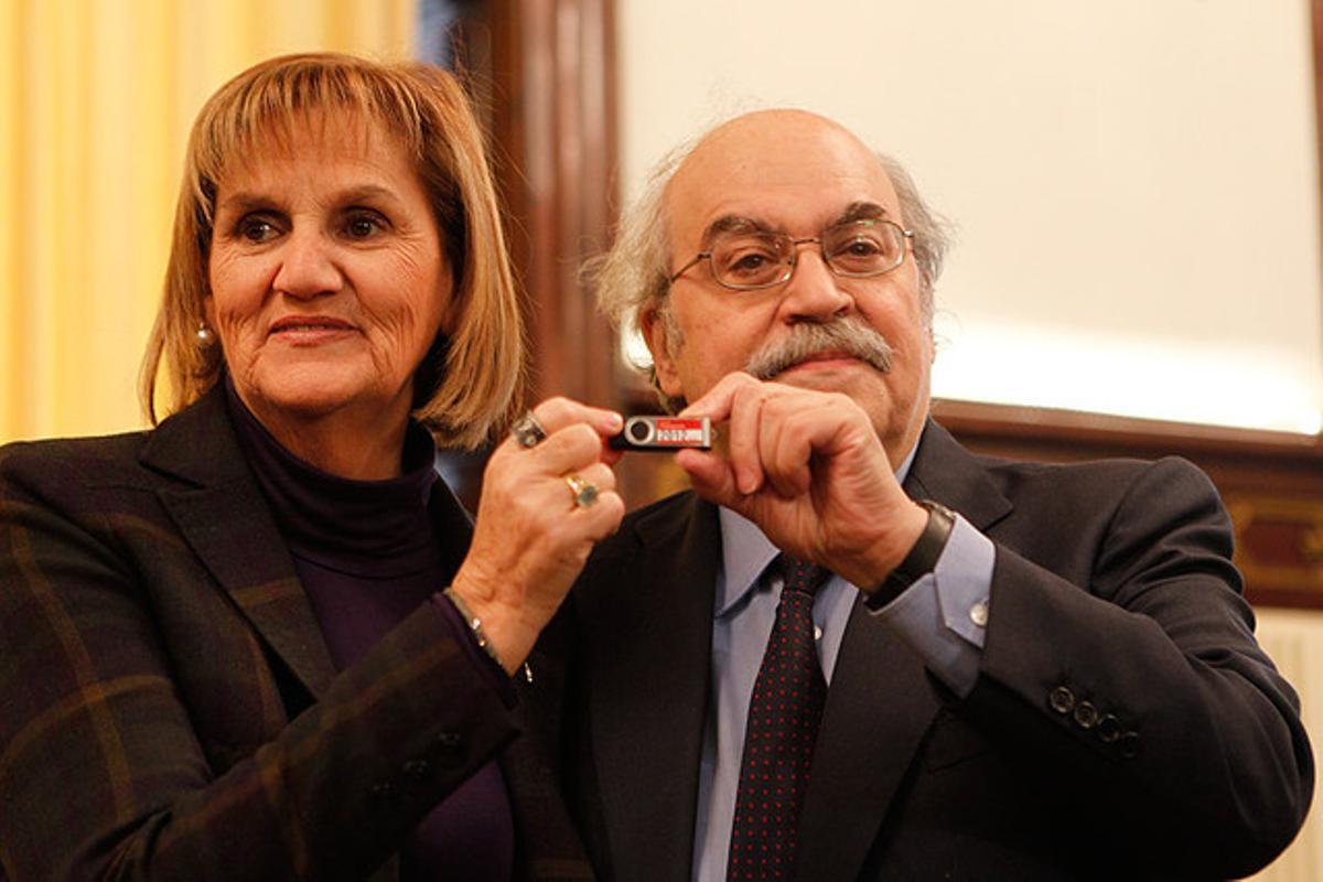 La presidenta del Parlament, Núria de Gispert, y el 'conseller' de Economia, Andreu Mas-Colell, muestran el lápiz de memoria con los presupuestos de la Generalitat del 2012.