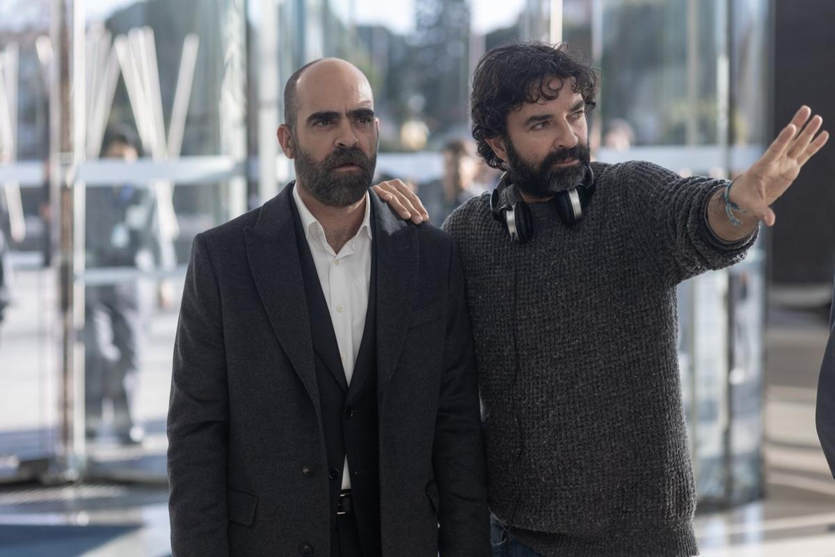 Mateo Gil (derecha) dirigiendo a Luis Tosar en la serie.