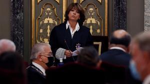 La fiscal general del Estado, Dolores Delgado, interviene durante la inauguración del año judicial, este lunes en el Salón de Plenos del Tribunal Supremo, en Madrid.