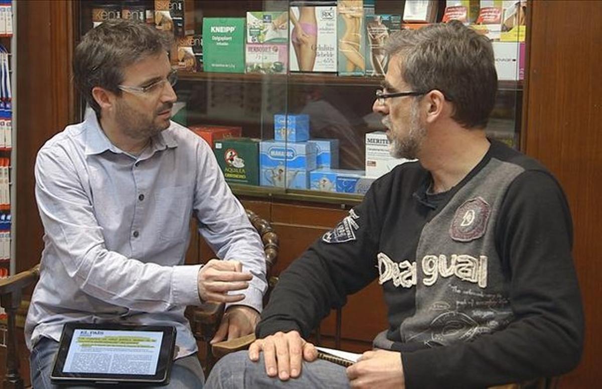 Jordi Évole, con el médico Enrique Gavilán, en el reportaje de este domingo de 'Salvados'.