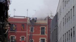 Incendi al Raval de Barcelona en un edifici amb deficiències en el subministrament de la llum