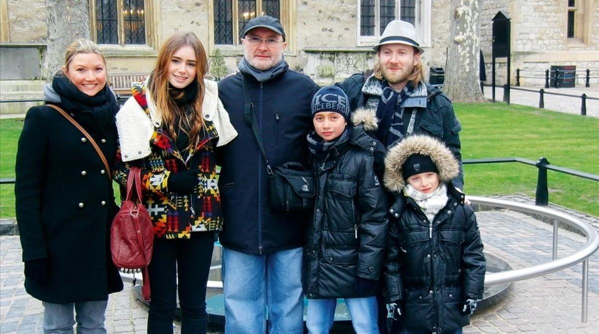 Phil Collins con sus hijos.
