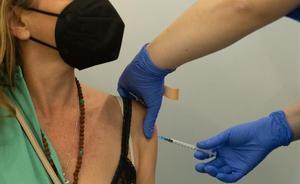 Una enfermera vacuna a una mujer en el centro de vacunación de la Fira de Barcelona.