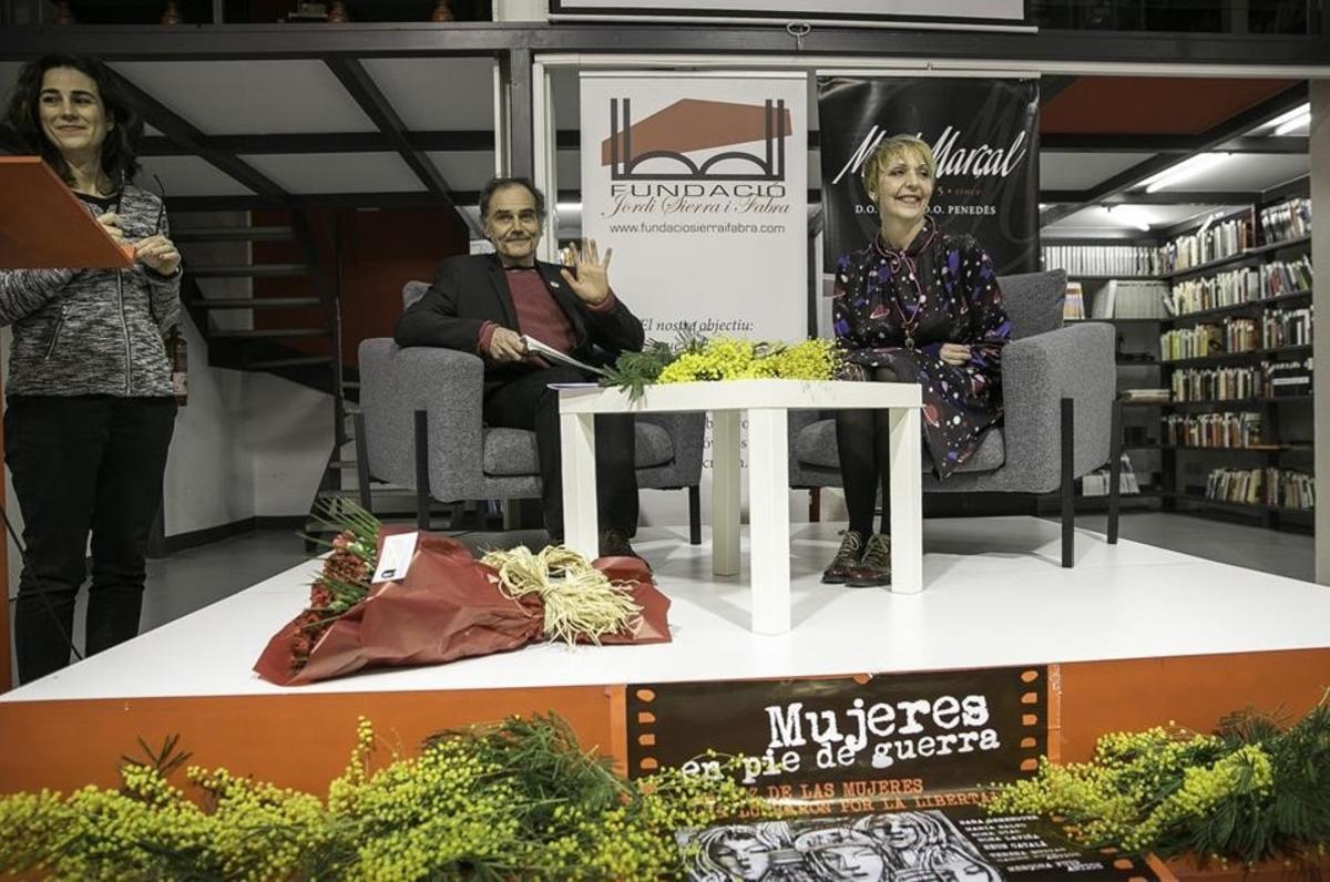 Javier Pérez Andújar y Susana Koska, durante la presentación de 'Mujeres en pie de guerra'. Junto al atril, Yolanda Cespedosa, la editora del libro.