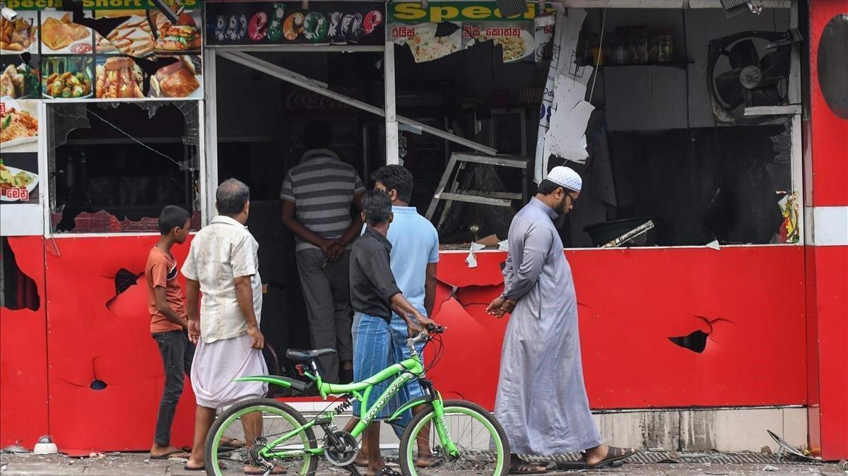 Imagen de una de las tiendas atacadas durante el brote de violencia contra musulmanes en Sri Lanka.