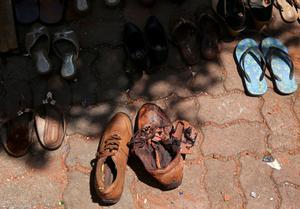 Zapatos con restos de sangre en los alrededores de la iglesia de San Sebastian, en Negambo, cerca de Colombo.