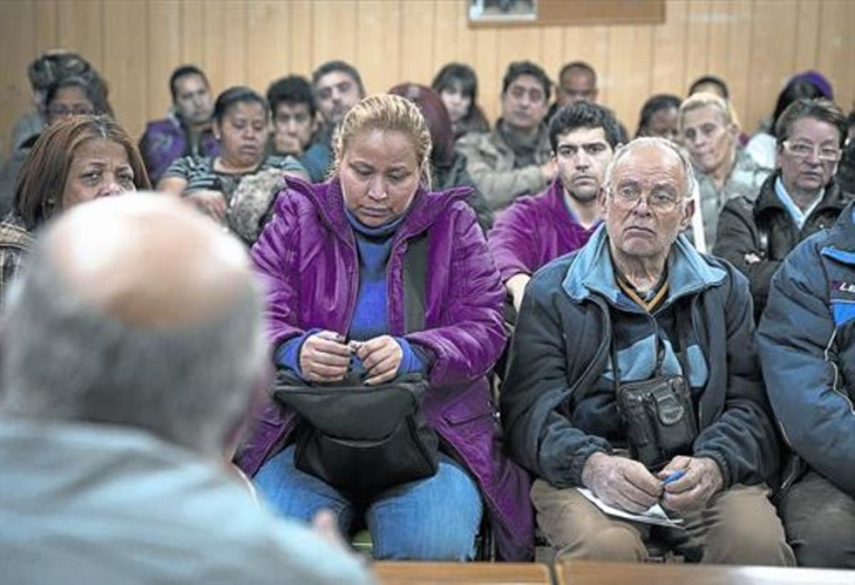 Vecinos de Ciutat Meridiana, el pasado jueves, en la asamblea semanal que se celebra por la tarde en el local de la asociación de vecinos.