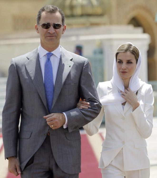 Felipe VI y Letizia, a su llegada al Mausoleo de Mohamed VI en Rabat, este martes.