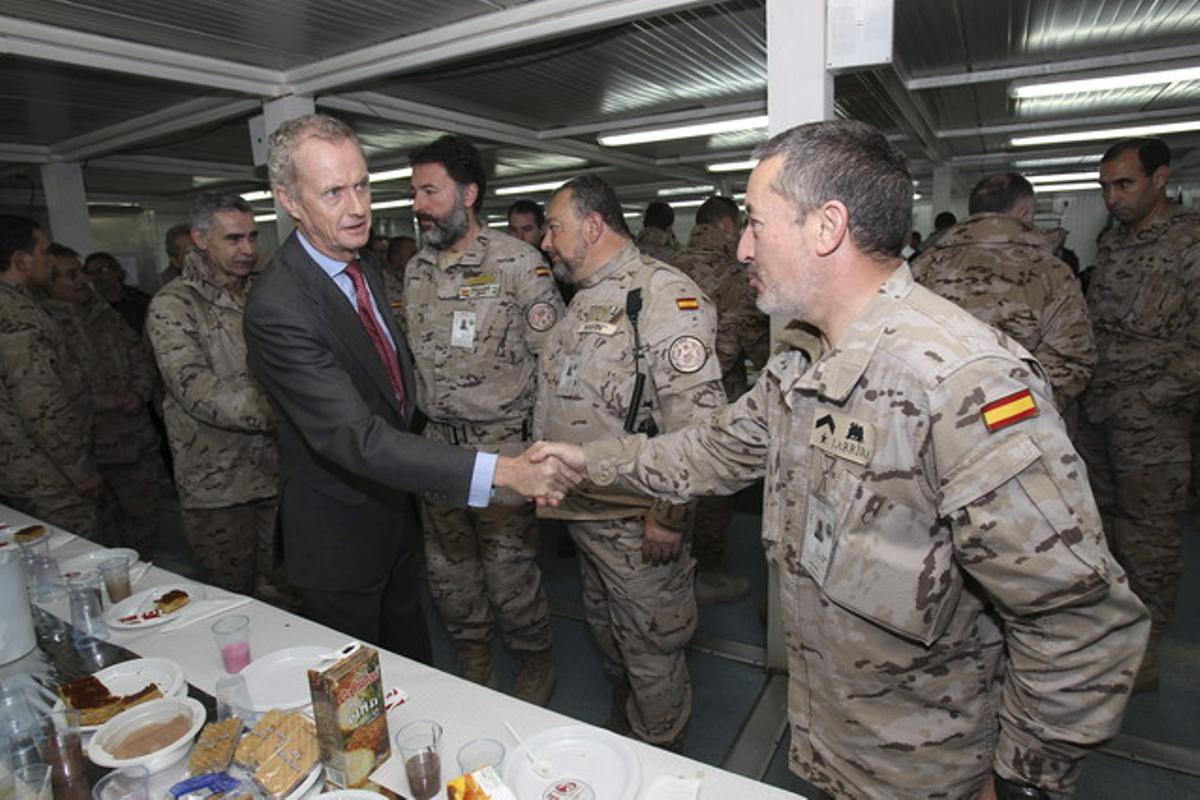 El ministro de Defensa, Pedro Morenés, saluda a soldados de la base de Herat, en Afganistán.