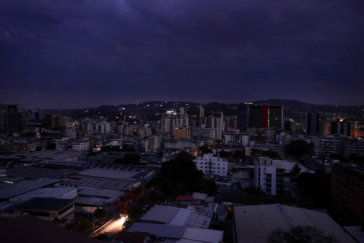 Un apagón masivo en Venezuela deja a oscuras la capital, Caracas.