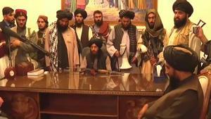 Un grupo de talibanes en el palacio presidencial de Kabul, según Al Jazeera.