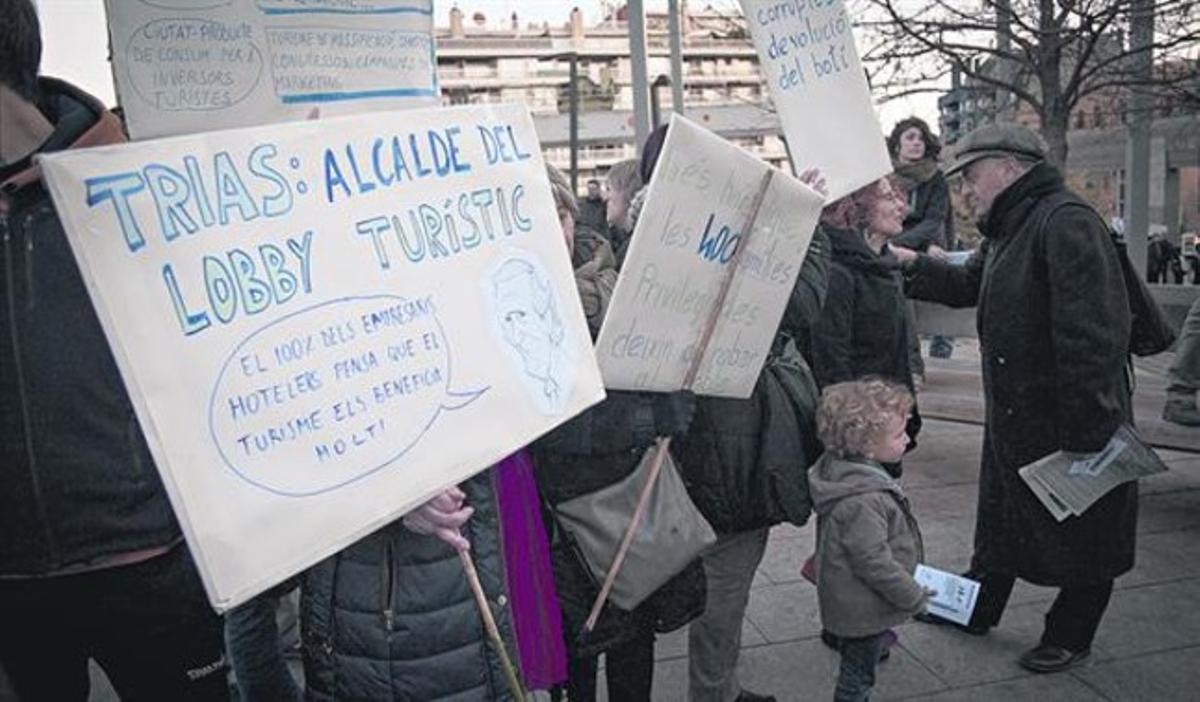Un grupo de personas se manifiestan contra los problemas que causa la masificación turística, ayer, en la plaza de Lesseps.