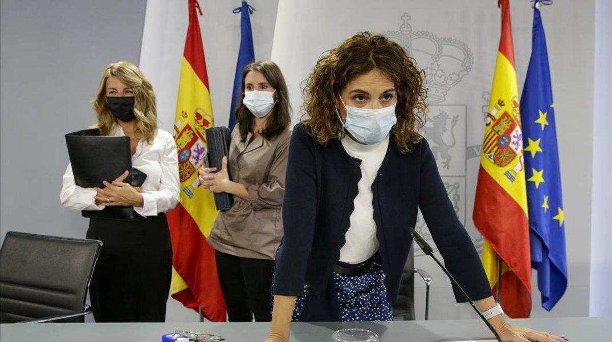 La ministra de Hacienda, María Jesús Montero. Al fondo, la ministra de Trabajo, Yolanda Díaz, y la ministra de Iguladad, Irene Montero, tras la rueda de prensa posterior al Consejo de Ministros.