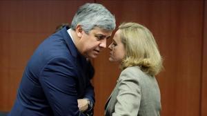 La ministra de Economía, Nadia Calviño, conversa con el presidente del Eurogrupo, Mario Centeno, en enero del año pasado.