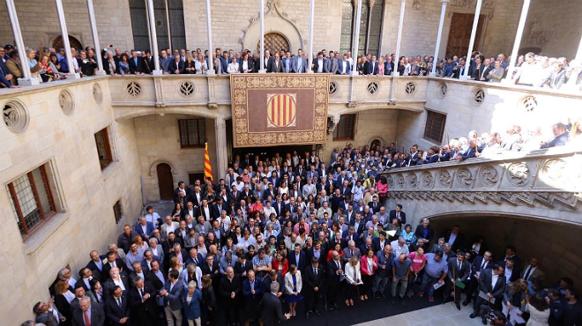 Acto de apoyo a los alcaldes investigados por el 1-O en el Palau de la Generalitat, este sábado.