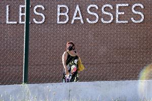 Dolors Bassa sale de la cárcel Puig de les Basses, el miércoles.