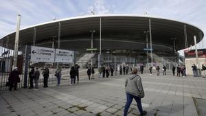 Una fila de personas espera el turno para ser vacunadas este martes en el estadio de Francia, en París.