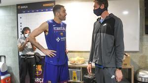 Oriola conversa con Gasol en el vestuario azulgrana