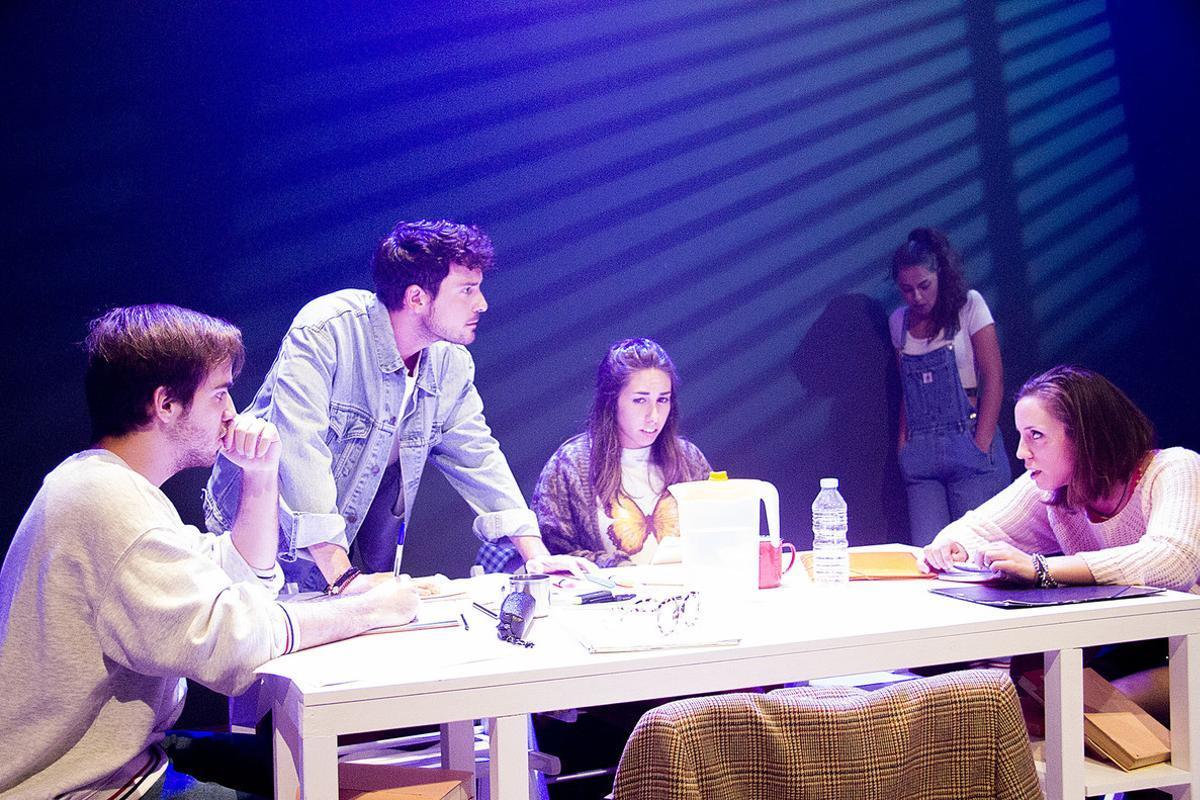 Los cinco jóvenes actores, en un momento del musical.