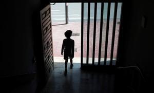 Un niño sale a la calle en Godella (Valencia), el domingo 26 de abril, primer día en que los menores de 14 años tienen permiso.