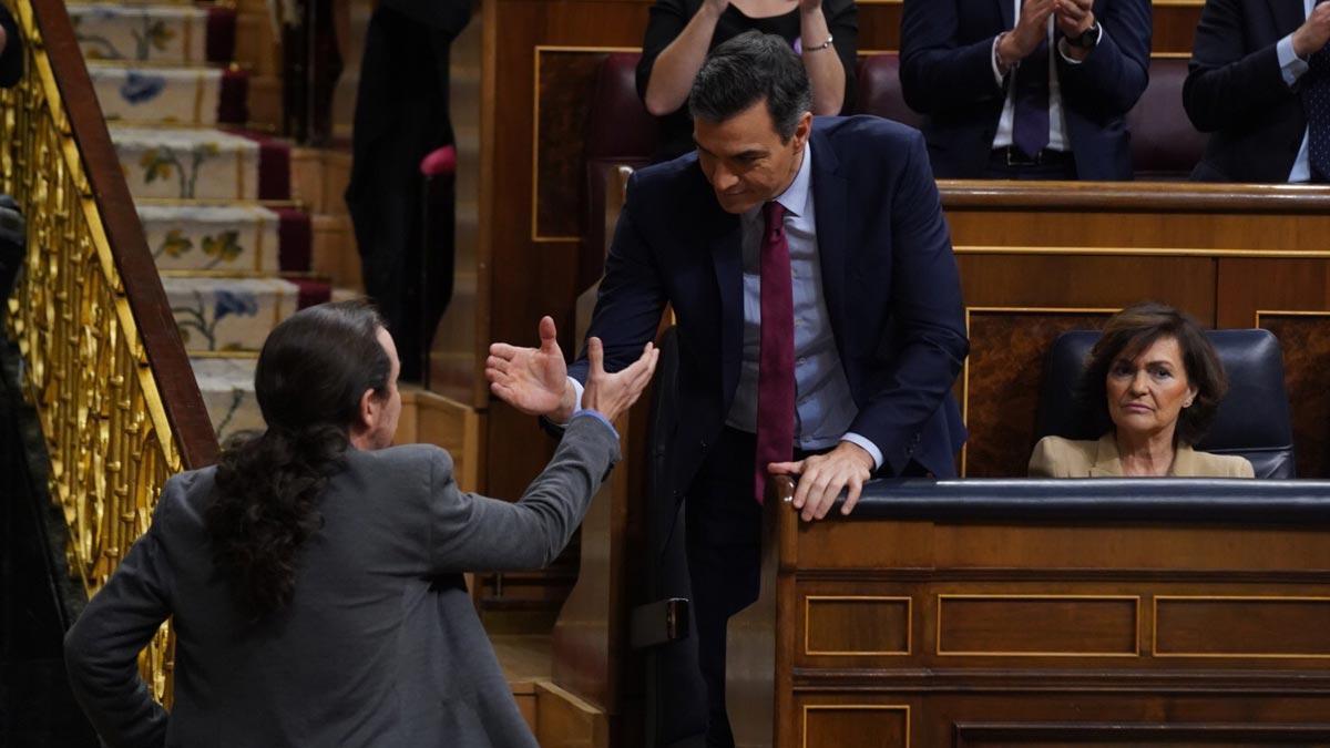 Pablo Iglesias, saluda al presidente del gobierno en funciones Pedro Sánchez , tras su intervención este martes en el Congreso.