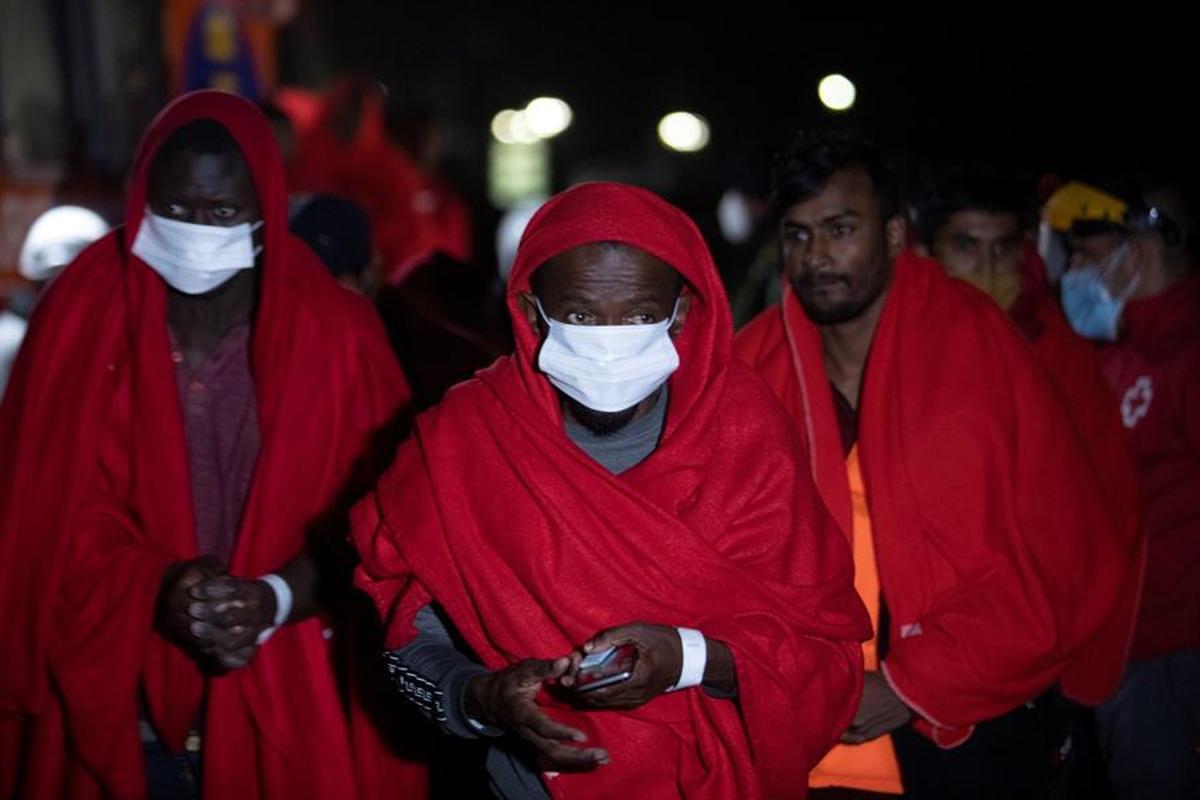 Algunas de las personas rescatadas, a su llegada al puerto de Motril.