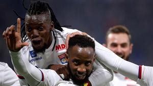 Moussa Dembele, el jugador del Olympique de Lyon, celebra un gol al Saint-Etienne.