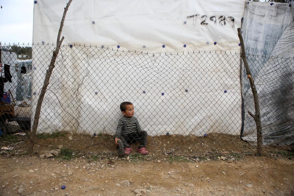 Un niño en un campo de refugiados en Lesbos en una foto de archivo.