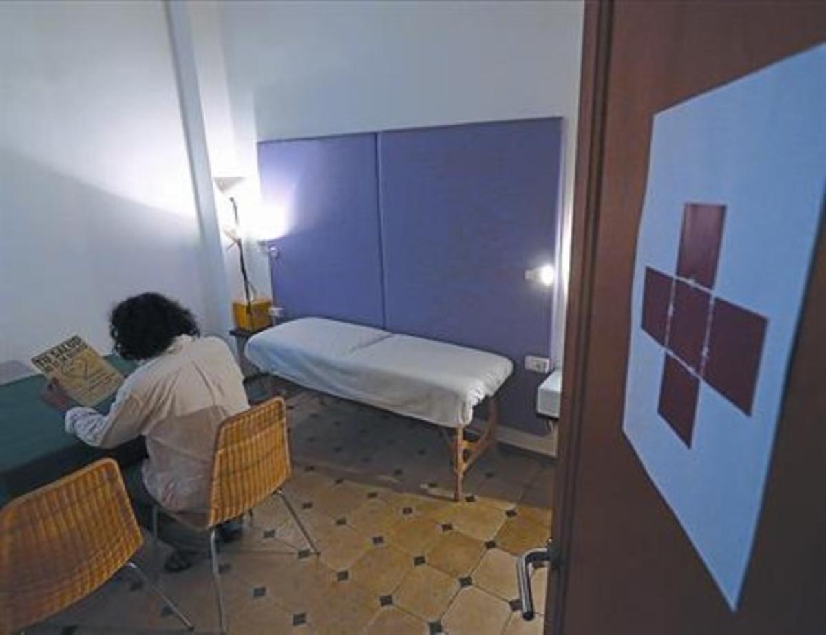 Cruz alambrada 8 Consulta del Espacio del Inmigrante, en el pasaje de Bernardí Martorell, en el Raval.