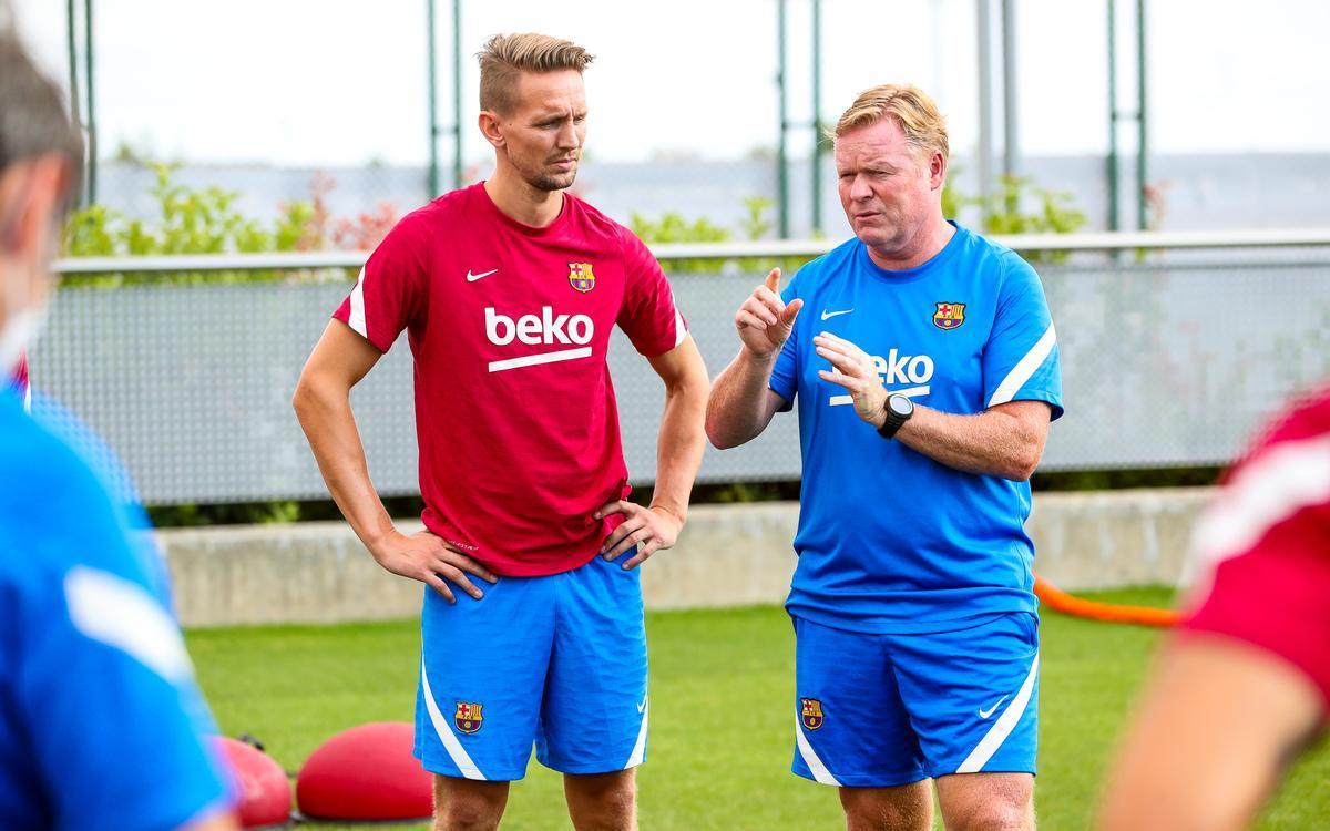 Koeman da instrucciones a Luuk de Jong en su primer entrenamiento con el Barça.