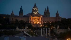 Així es veu el senyal de Batman projectat sobre el MNAC a Barcelona