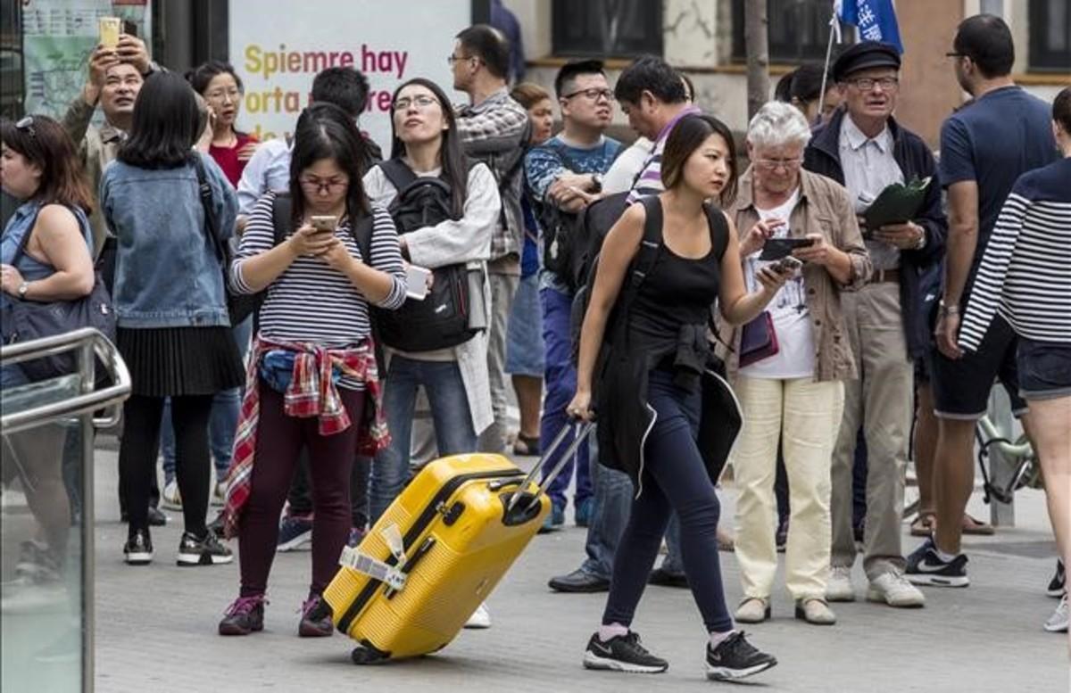 Turistas en los alrededores de la Sagrada Família.