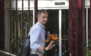 Iñaki Urdangarin llega a la residencia Don Orione para cumplir con servicios sociales.