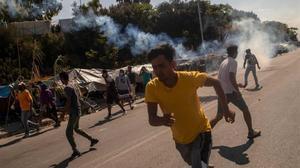 Manifestacions i gasos lacrimògens contra els refugiats de Mória
