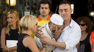 Javier Martínez, el padre dede Xavi,y Silvia la madre de la víctima de tres años de los atentados de Las Ramblasemocionados junto al imán Driss Sallym en Rubí.