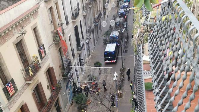 Operación de los Mossos para desalojar Ca L'Espina, un piso okupado en Gràcia.