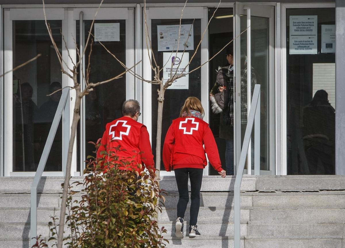 Don miembros de la Cruz Roja entran en el instituto de educación Secundaria Las Fuentes en Villena.