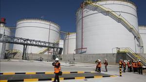 Contenedores de hidrocarburos en el puerto de Barcelona.