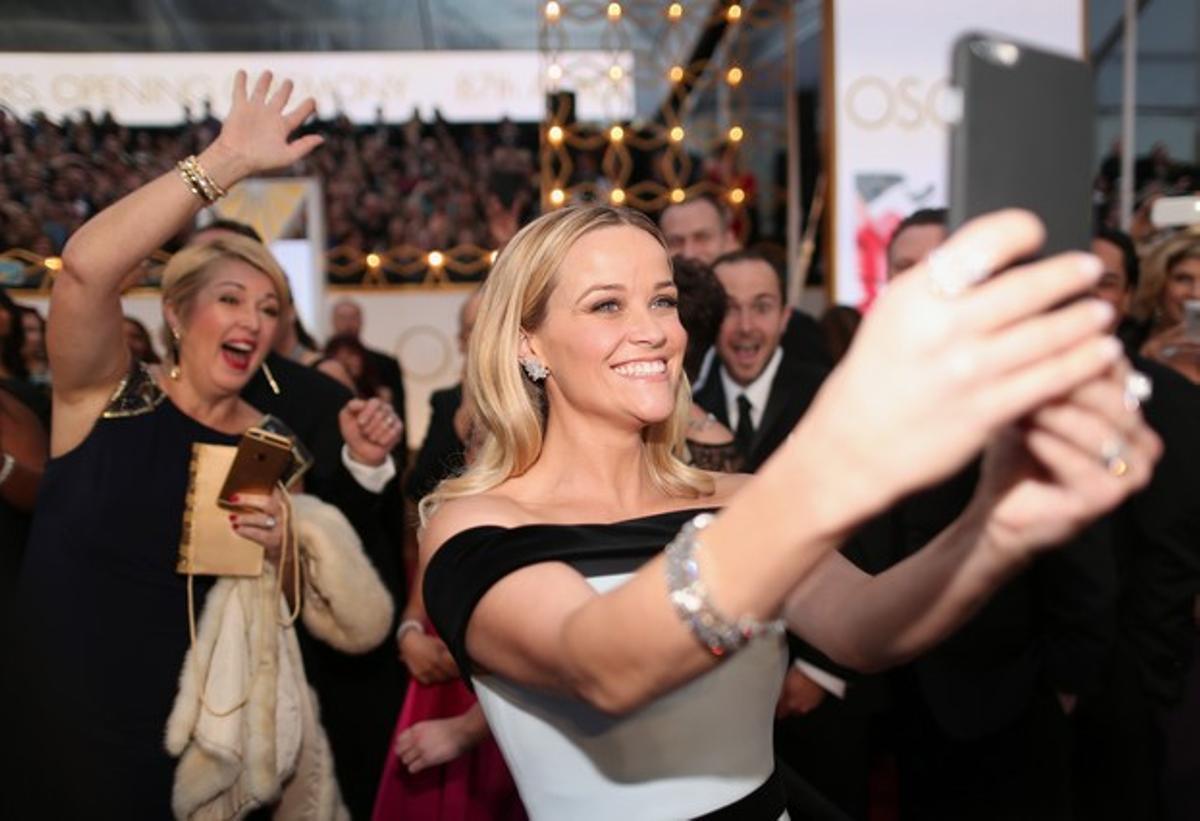 Reese Witherspoon se hace un sefi a su llegada al teatro Dolby.